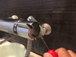 シャワー切替レバーのキャップをはずす