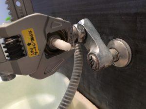 混合栓カートリッジをとめているナットを反時計回りにまわす。