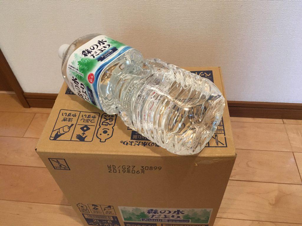 天然水、大山山麓。防災用の水を箱で備蓄。